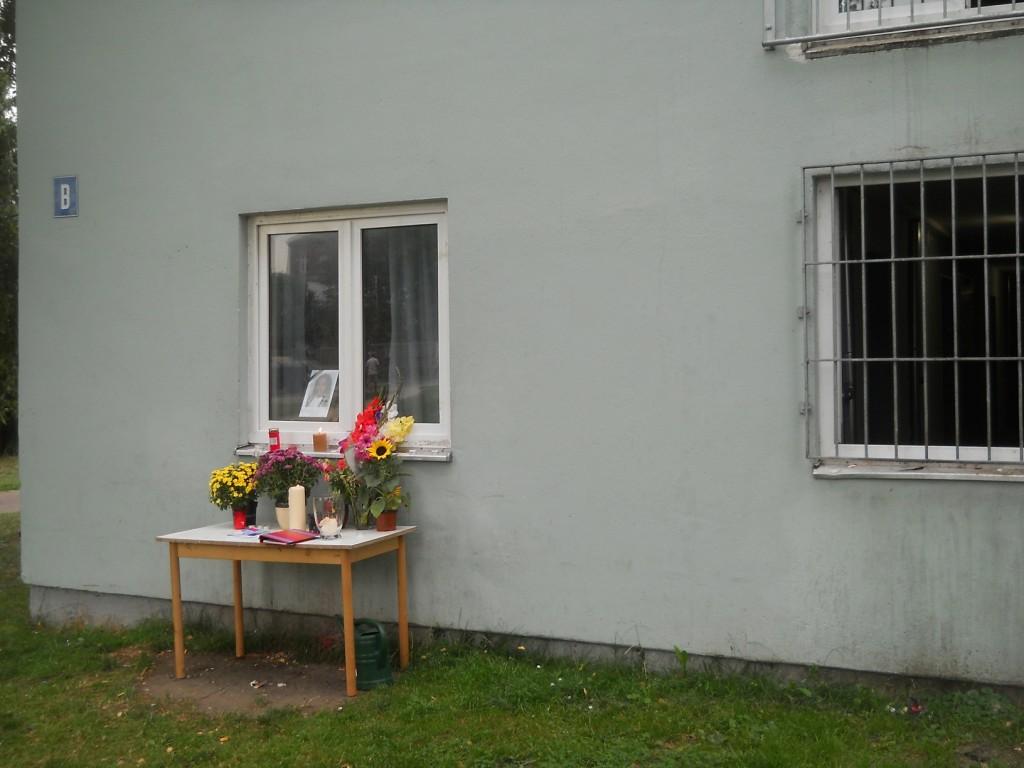 Tisch mit Blumen vor dem Fenster von Cliff in der Sammelunterkunft Neuburg